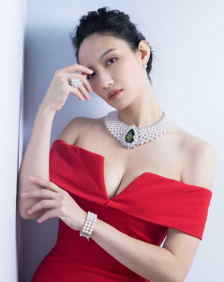 名模邱馨慧,高雅詮釋MIKIMOTO頂級珠寶系列貴橄欖石珍珠頸鍊。(圖╱台北101提供)