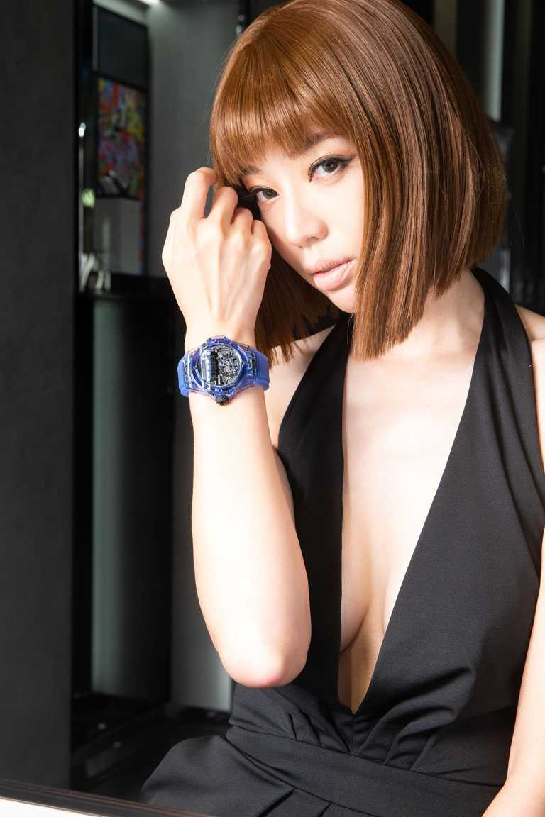 名模王心恬,腕間展示HUBLOT「Big Bang」MP-11藍色藍寶石水晶腕錶。(圖╱台北101提供)