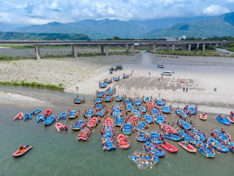 泛舟活動不但驚險刺激,還能飽覽秀姑巒溪的秀麗美景。