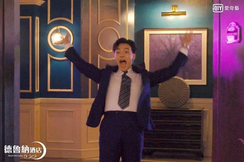呂珍九飾演的膽小經理,被IU冠上「韓國電視劇史上最軟弱的角色」的封號。(圖/愛奇藝台灣站提供)