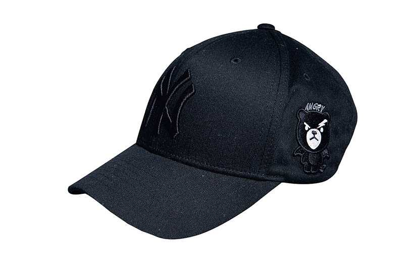 黑色棒球帽,泰國購入,約新台幣1,454元。(圖/莊立人攝)