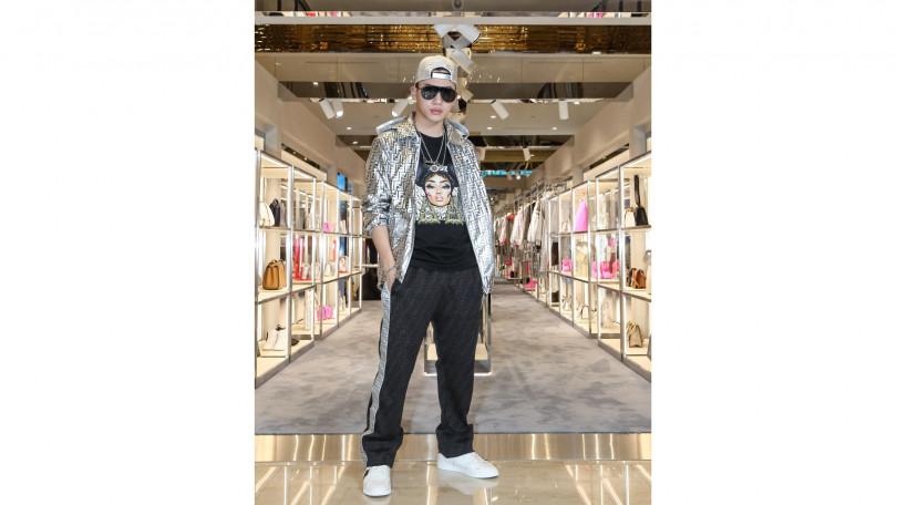 OZI身穿FENDI Prints On黑色短袖T-Shirt/28,700元、黑色長褲/43,500元、銀色FF Logo外套/83,900元、F is FENDI Sneaker/24,500元、銀色棒球帽/37,500元、FENDI Fabulous太陽眼鏡/16,960元。(圖/品牌提供)