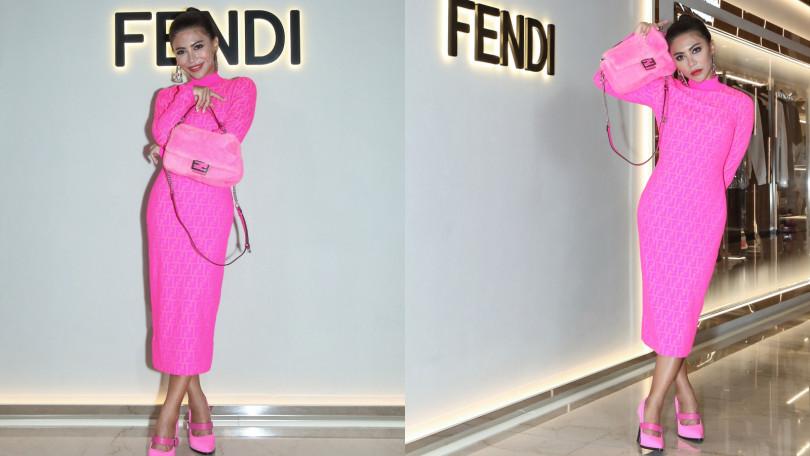艾怡良身穿FENDI Prints On粉色連身裙/56,000元、粉色高跟鞋/價格店洽、粉色Baguette/109,000元、銀色耳環/19,800元。(圖/品牌提供)