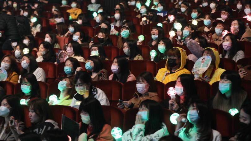 粉絲全程戴著口罩欣賞演出。(攝影/林勝發)