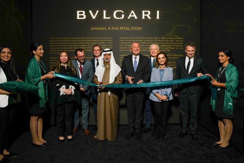 寶格麗(BVLGARI)執行長與阿聯酋寬容部部長(左5)Sheikh Nahyan,於阿布達比羅浮宮前剪綵合影。(圖╱BVLGARI提供)