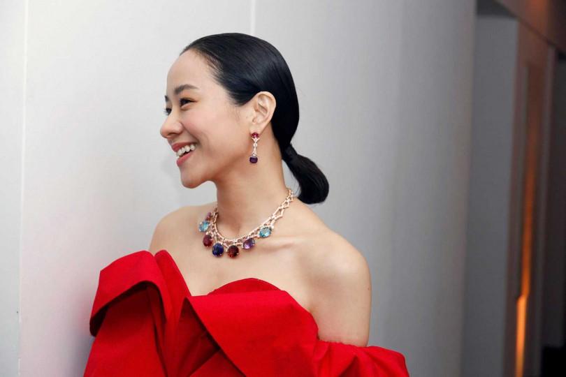 女星林嘉欣,一身紅色禮服搭配BVLGARI玫瑰金珠寶項鍊,出席寶格麗於阿布達比羅浮宮舉行的「Jannah」系列頂級珠寶晚宴。(圖╱BVLGARI提供)