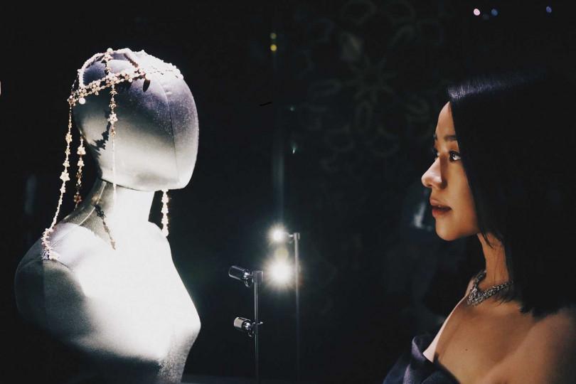 林嘉欣參觀寶格麗在阿布達比羅浮宮的展覽,期間展示多件頂級珠寶及腕錶作品。(圖╱BVLGARI提供)