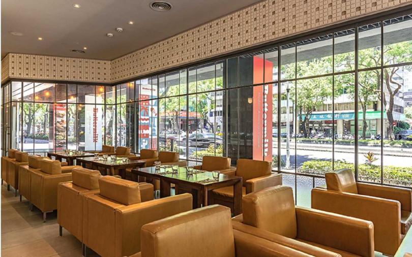 餐廳位酒店一樓,綠意窗景和美式吧檯開放空間,融合城區魅力。(圖/台北中山意舍酒店)
