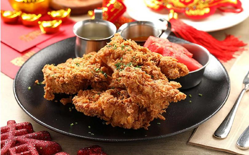 「美國阿嬤秘方炸雞」外脆內嫩是招牌,附紅、白醬和新鮮西瓜,風味獨具!(圖/台北中山意舍酒店)