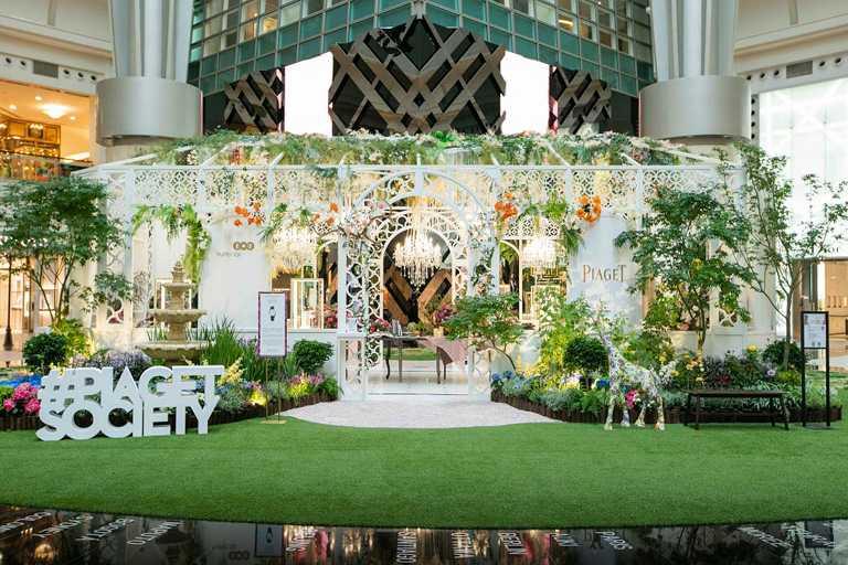 PIAGET於台北101四樓的都會廣場中庭,建造期間限定的伯爵玫瑰溫室花坊。(圖╱PIAGET提供)