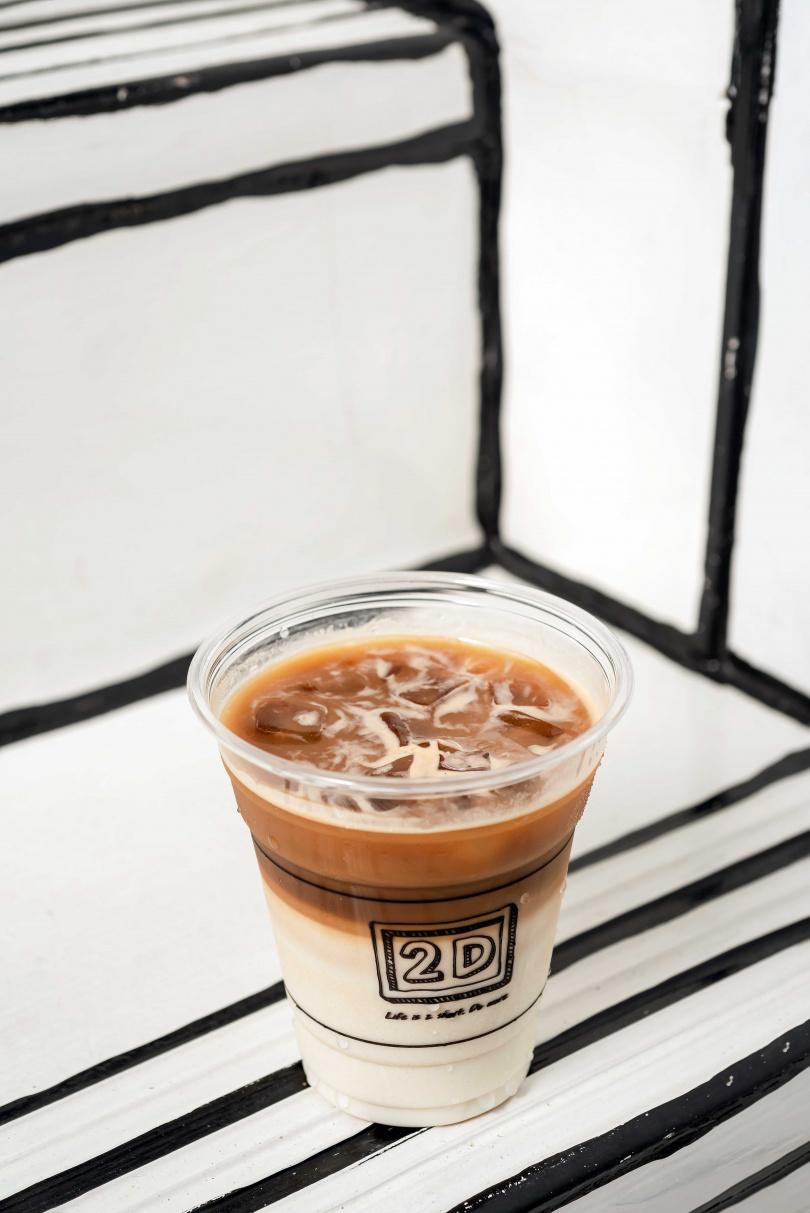 口感滑順的「2D招牌拿鐵」,咖啡的微苦與牛奶的香甜完美融合。(130元)