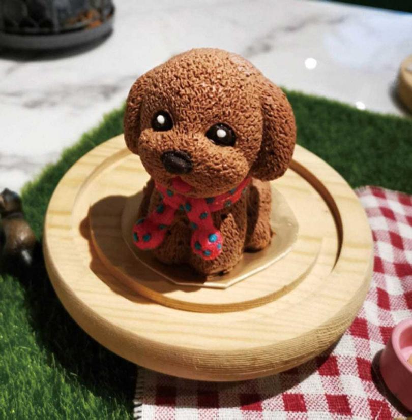 紅貴賓造型甜點宛如一臉萌樣的薯餅,讓王百瑜買了卻捨不得吃。(圖/王百瑜提供)