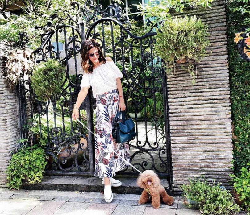 王百瑜很愛帶薯餅出去散步,享受愉快放鬆的親子時光。(圖/王百瑜提供)