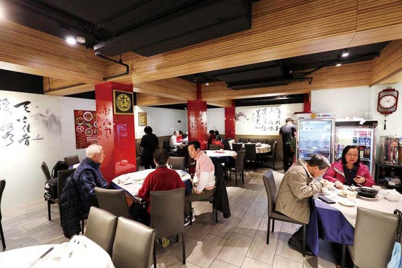 「小北平麵食館」重新裝潢後更為風雅,牆上書法還來自老闆娘的父親所寫。(圖/于魯光攝)