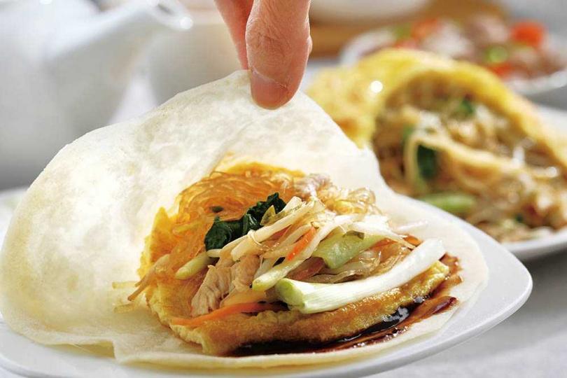 「合菜代帽」正統吃法是搭配荷葉餅刷甜麵醬,再依序鋪蛋皮、蔥段與切絲食材,捲起後一口品嘗。(荷葉餅40元,蔥、醬各20元)(圖/于魯光攝)