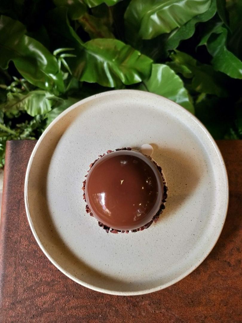 以祕魯巧克力淋面、Nordes琴酒巧克力慕斯與榛果布雷為架構的「嗜酒師」,美味又可口。(圖/高靜玉攝)