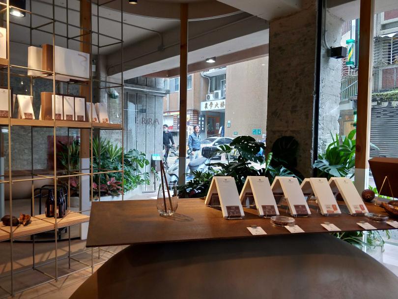 店內固定提供九個產區的巧克力片、甜點與飲品。(圖/高靜玉攝)