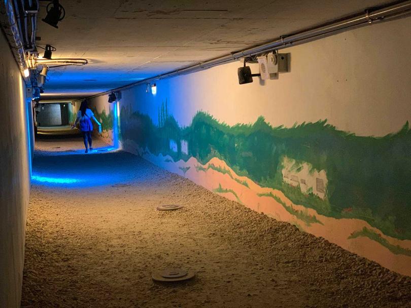 狹長幽暗的地雷展示坑道內,在聲光效果加乘下很有臨場感。(圖/官其蓁攝)