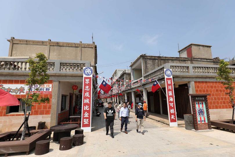 西方社區的「戰地一條街」在青年返鄉進駐後,成了新店家聚集地。(圖/于魯光攝)