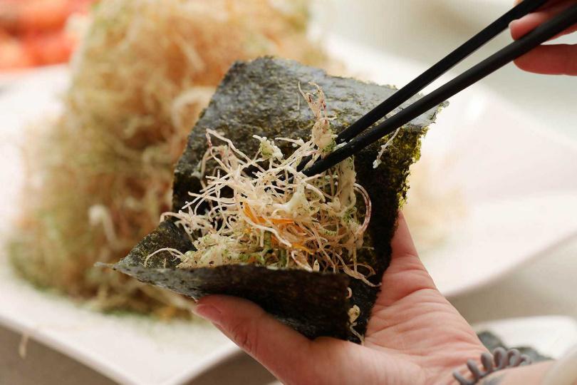 芋頭手工刨絲後油炸,再包入海苔品嘗,香脆可口。(300元)(圖/于魯光攝)