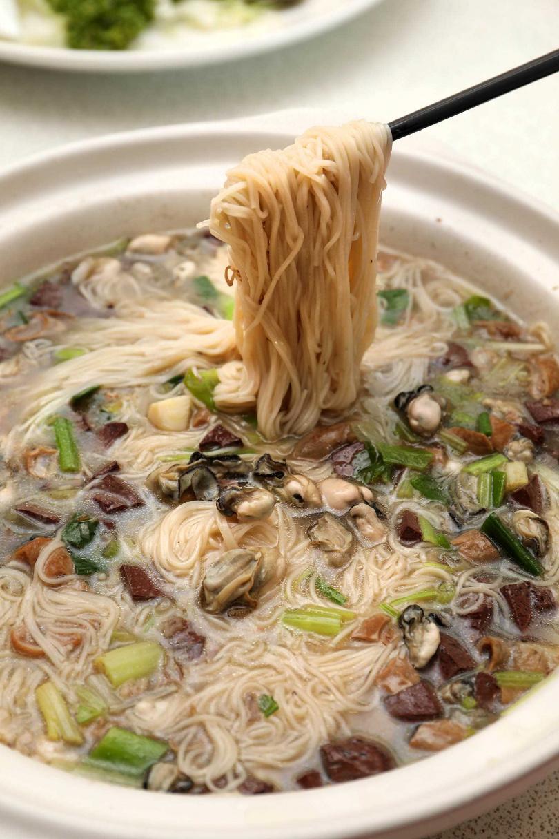小金門特產石蚵拌入麵線,鮮甜滋味讓人一口接一口。(300元)(圖/于魯光攝)