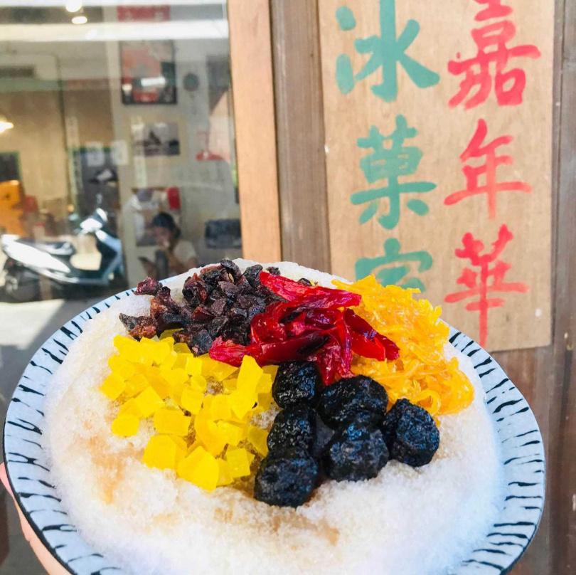 嘉年華冰菓室的剉冰配料每樣十元,可任客人喜好自行搭配。(圖/嘉年華冰菓室提供)