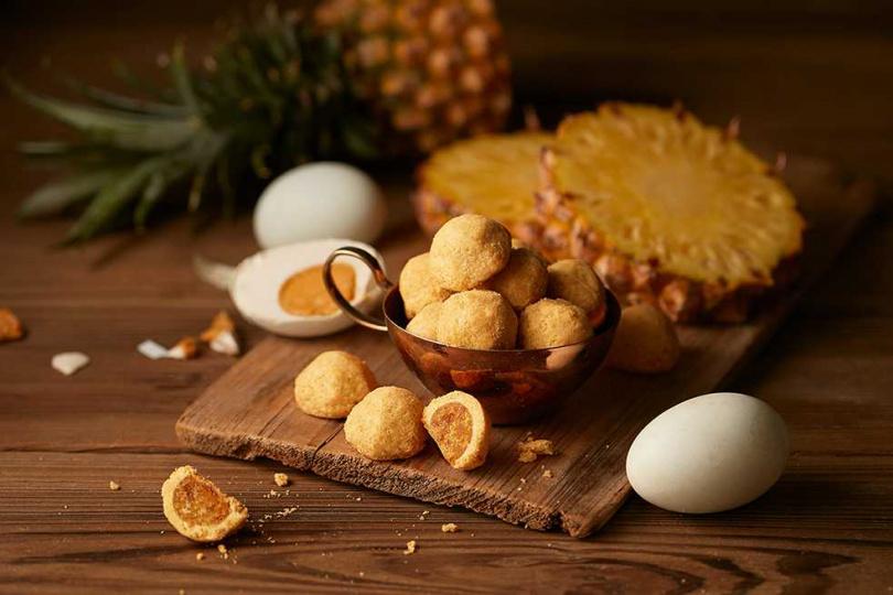 「金鑽鳳凰酥球」融合鴨蛋黃與酸甜鳳梨,打造專屬秋天的驚喜風味。(圖/Aunt Stella詩特莉提供)