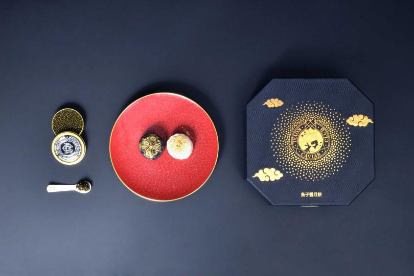 品牌亦推出兩款中秋月餅及魚子醬雙重豪華禮盒組,分別以「皇家奢華魚子醬月餅」搭配白銀鱘魚子醬、黃金混合魚子醬。(圖/Royal Caviar Club皇籽匯提供)
