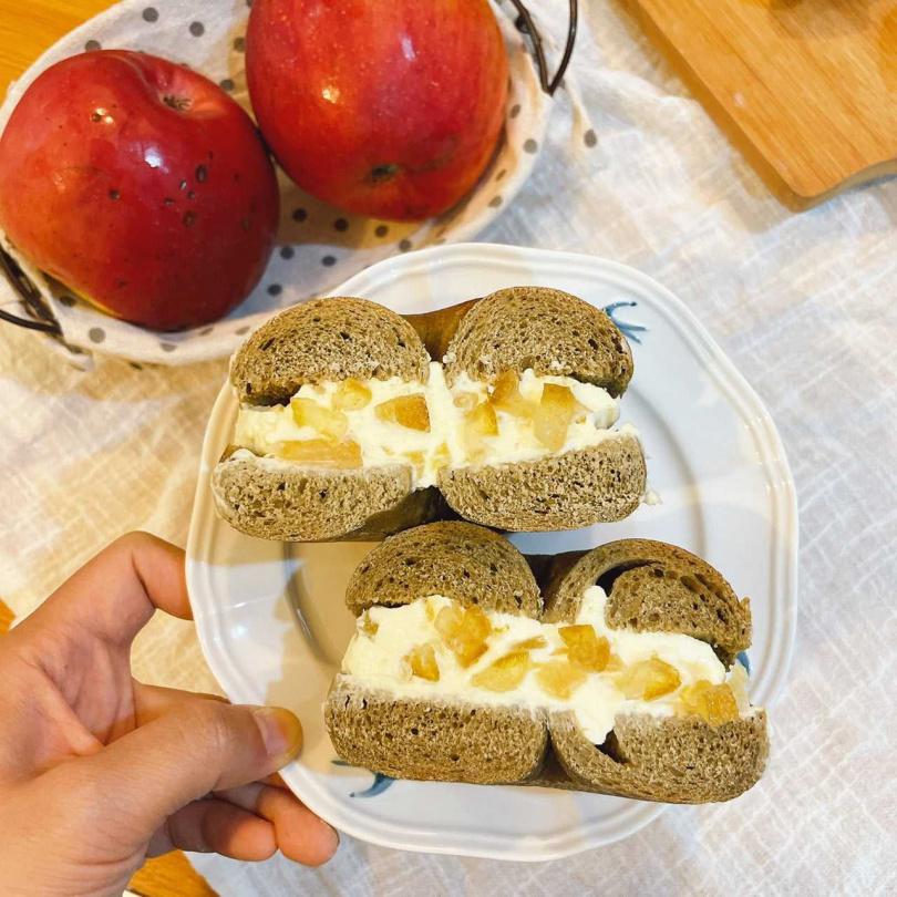 阿點貝果的烏龍柚漬蘋果厚醬貝果。(圖/業者提供)