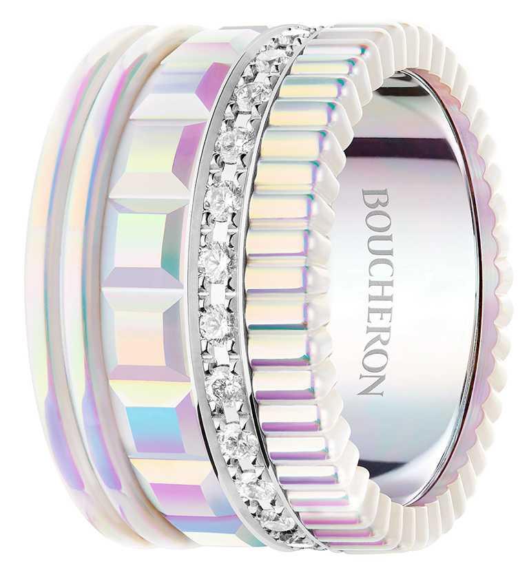 BOUCHERON「Holographique」創新膠囊系列,「Quatre」系列戒指,白金材質和全息技術塗層陶瓷,鋪鑲圓形鑽石。(圖╱BOUCHERON提供)