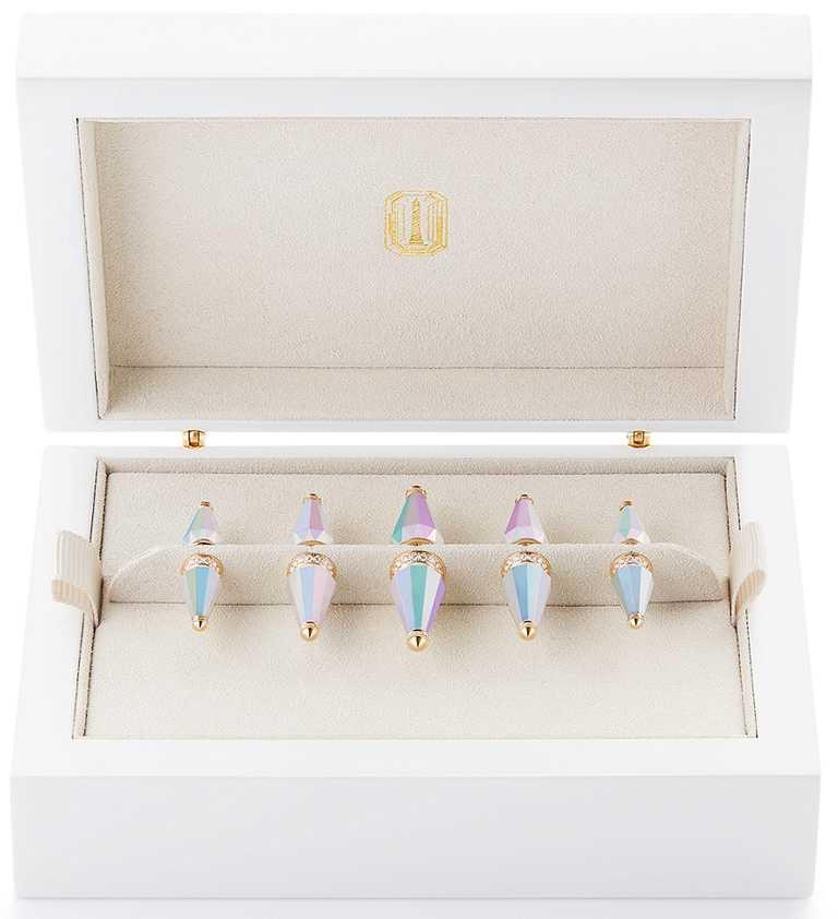 BOUCHERON「Holographique」創新膠囊系列,「Jack Box」套裝 ,內含5枚「Jack de Boucheron」系列胸針,黃金材質和全息技術塗層陶瓷,鋪鑲圓形鑽石。(圖╱BOUCHERON提供)