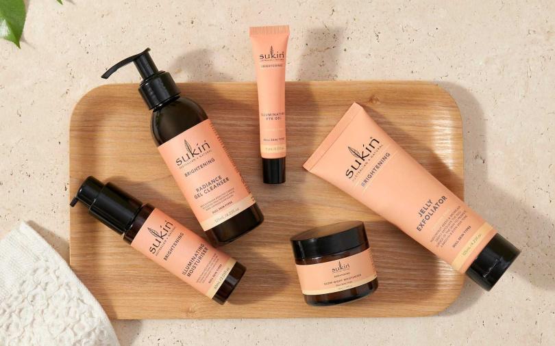 Sukin超亮顏系列是為了改善暗沉肌膚所打造的全系列保養,產品質地觸感潤澤、氣味清新自然,適用於各種膚質。(圖/品牌提供)