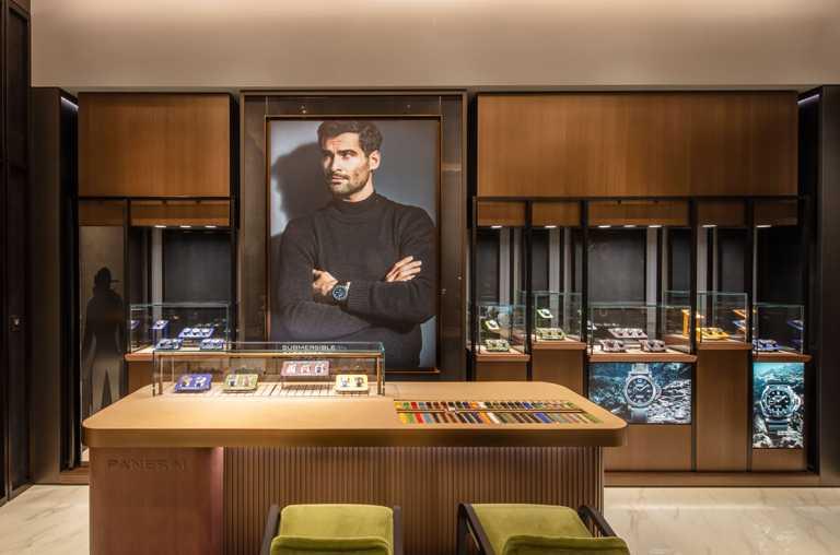 高雄義享天地全新專賣店內備有高腳吧檯區,可輕鬆選配各式錶帶及試色。(圖╱PANERAI提供)