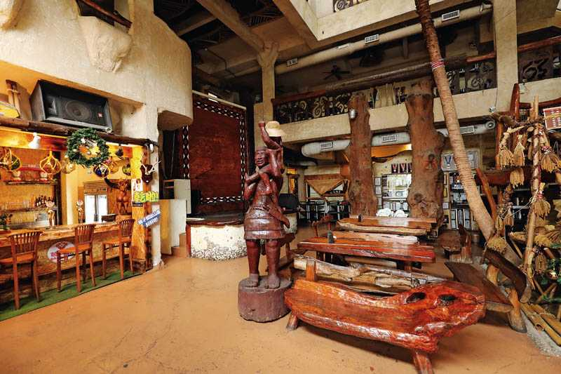 木雕、圖騰及造型奇特的漂流木座椅,很有原始部落的味道。(圖/于魯光攝)