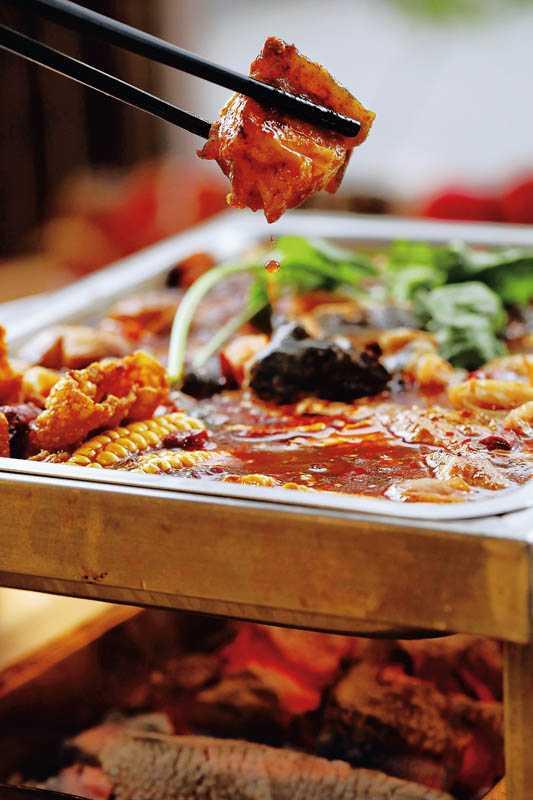「原生辣椒川味鱷魚鍋」的湯底麻辣鮮香,Q彈的鱷魚肉燉煮入味後口感更棒。(1,280元)(圖/于魯光攝)