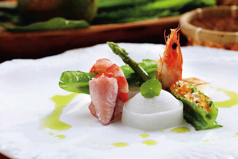 套餐前菜的「馬告油醋海鮮翼豆」,馬告油醋及刺蔥油是味覺亮點。(圖/于魯光攝)