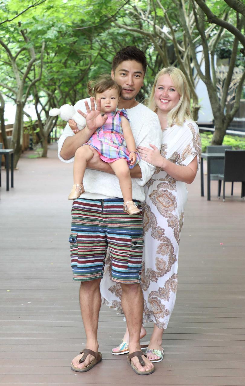羅平首次與老婆、女兒一起接受訪問。(圖/TVBS)