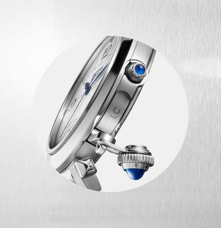 CARTIER「Pasha de Cartier系列」腕錶新型錶冠,為凹槽式錶冠內的上鍊器鑲嵌藍色尖晶石或藍寶石。(圖╱CARTIER提供)
