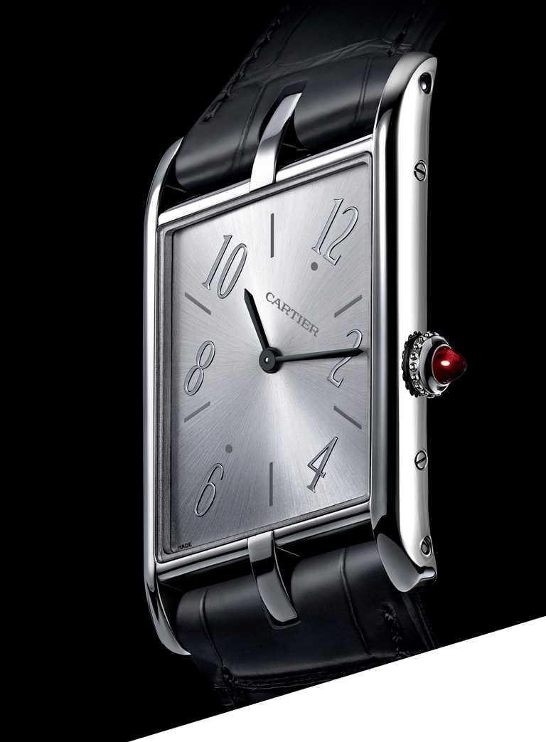 CARTIER「Tank Asymétrique系列」腕錶,鉑金錶殼,錶徑47mm,限量100只╱925,000元。(圖╱CARTIER提供)