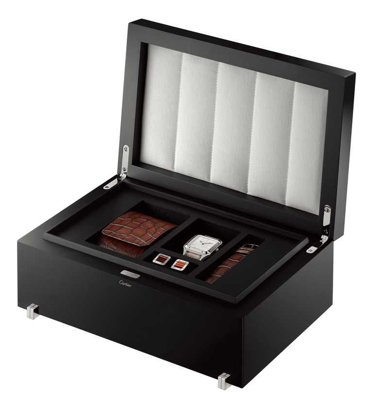 CARTIER「Santos-Dumont系列」腕錶真漆楓木禮盒,內含棕色鱷魚皮錶帶、錶盒,及「Santos de Cartier系列」袖扣。(圖╱CARTIER提供)