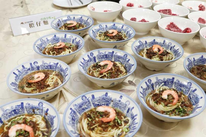 台南市府集結35道台南經典小吃,以「阿中自助餐」的方式呈現。(圖/翻攝自黃偉哲粉絲專頁)