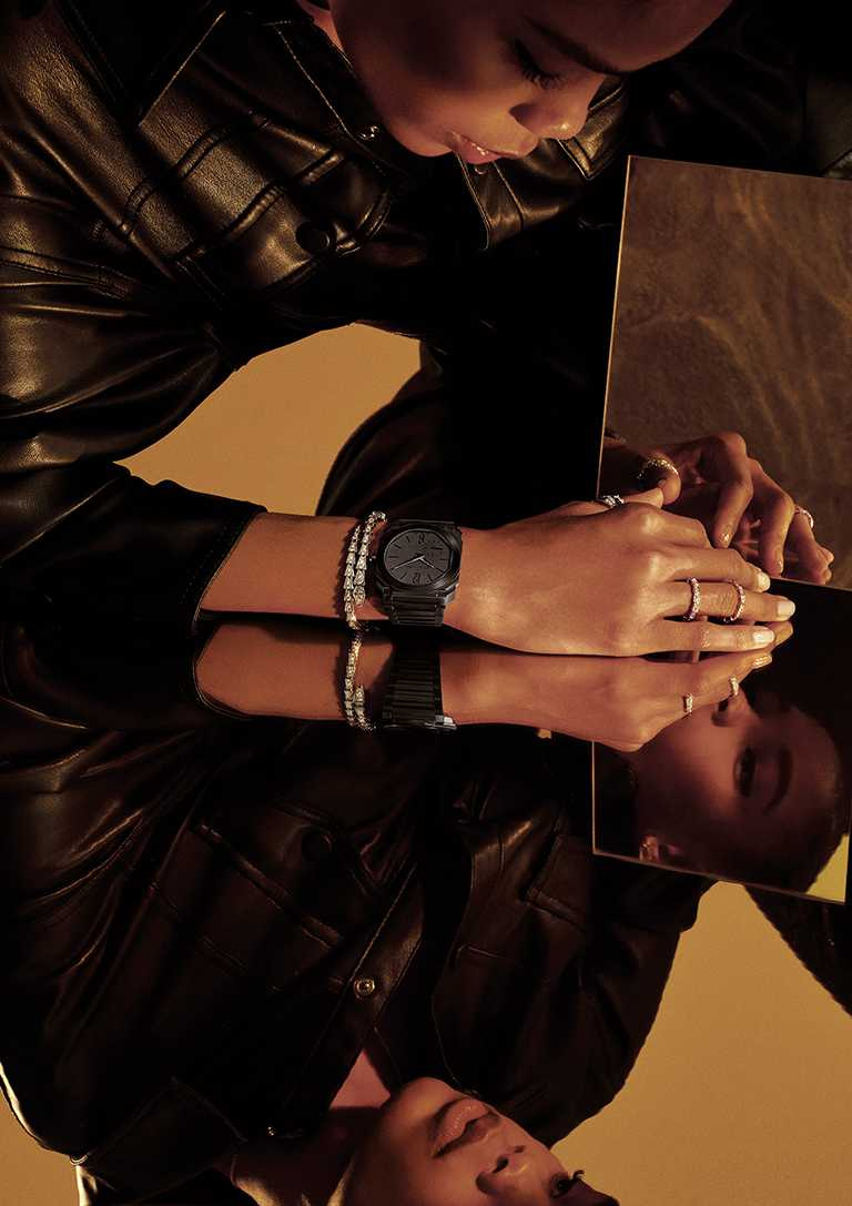 BVLGARI「Octo Finissimo Automatic」噴砂拋光黑陶瓷超薄自動腕錶╱498,200元。(圖╱BVLGARI提供)