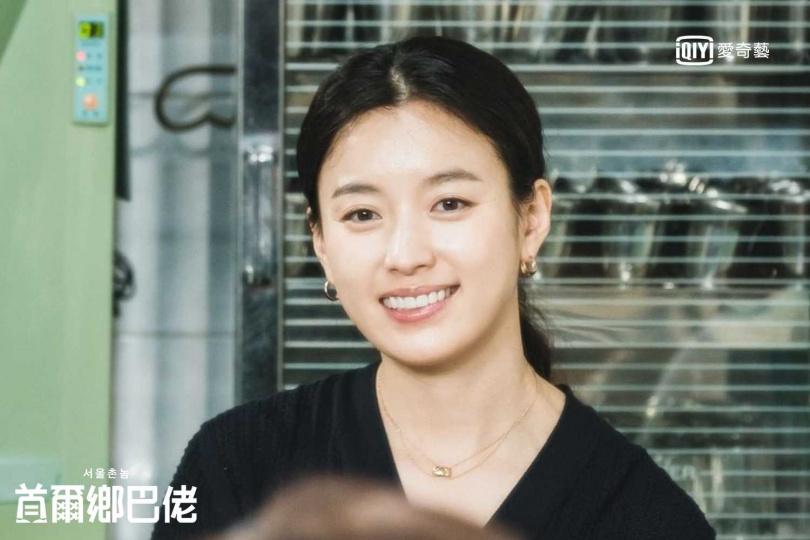 韓孝周擔心民眾不認得她,拿起髮圈將頭髮綁成《同伊》的中分髮型。(圖/愛奇藝台灣站提供)