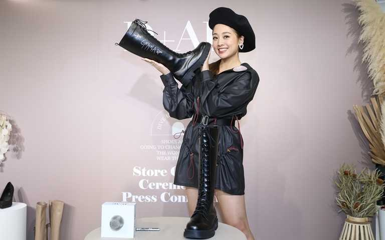 鬼鬼吳映潔在熱銷款長靴「勁酷時尚」上親自簽名,並成為體驗店的鎮店之寶。(圖/品牌提供)