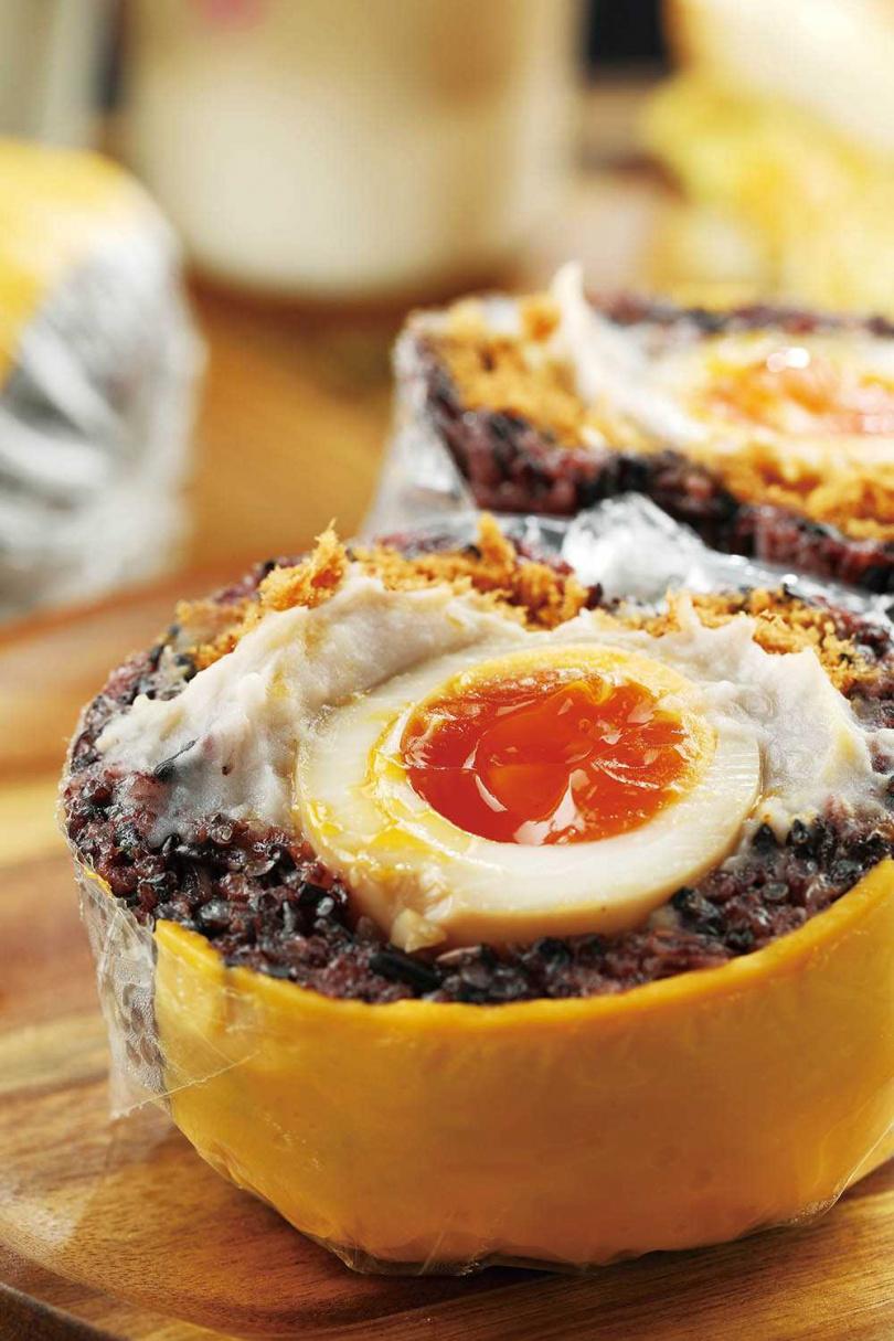 被網友稱為「神組合」的「肉鬆豔芋」,看似違和,吃了卻很對味。(60元)(圖/于魯光攝)