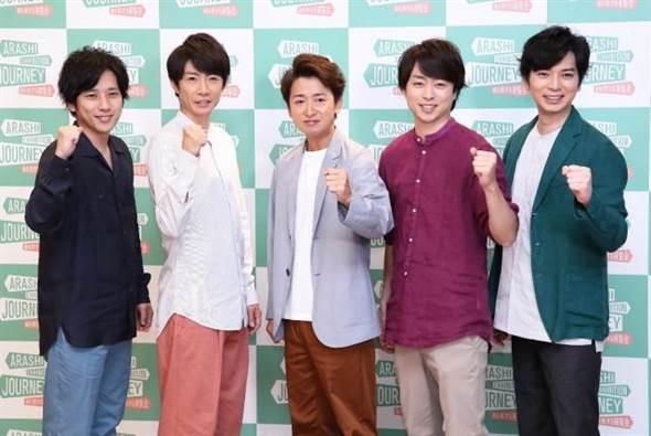 松本潤(右1)說明喜多川病情,希望大家可以替他加油。(圖/翻攝報知新聞社)