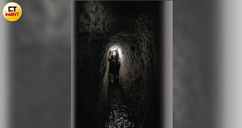 苗栗百年祕境雅優圳十分狹窄,一次僅容一人穿越。(圖/于魯光攝)