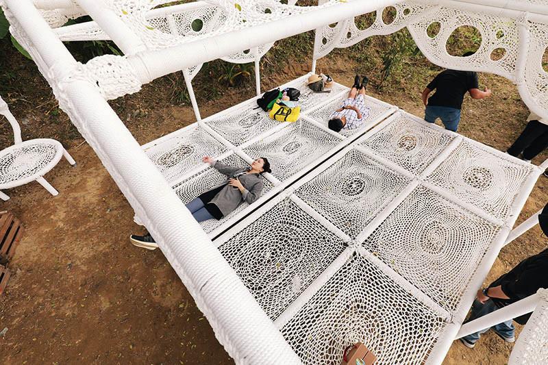 原民藝術家安聖惠打造的繩編作品〈編織記憶〉,讓人們可以自由躺坐、休息放鬆。(圖/于魯光攝)