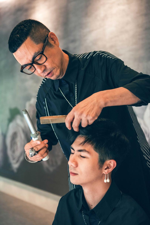 李翔恩對爸爸的手藝很滿意,也曾拜父為師學習剪髮。(圖/張祐銘攝)