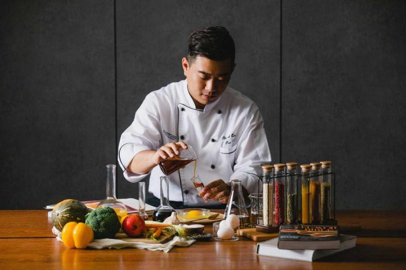 「做菜從不是一條輕鬆的路」Ben主廚以對自己的高標準要求,在每一道餐盤投注一期一會的熱情衝勁。(圖/慕軒飯店提供)